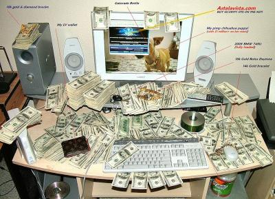 Рабочий нашел в стенке шкафа 20000 долларов