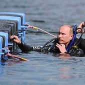 Путин во время посещения раскопок опустился на дно Таманского залива, откуда поднял две амфоры
