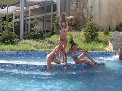 К услугам посетителей центра — бассейн с минеральной водой, сауны, джакузи, гидромассаж, солярии.