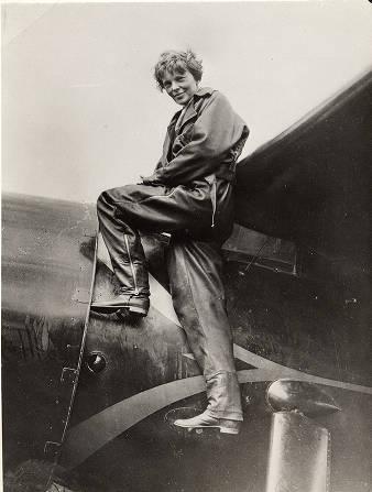 Амелия Эрхарт на крыле своего самолета